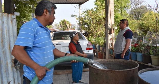 Llevan agua a barrios de Ixcaquixtla con pipas por deterioro en pozo