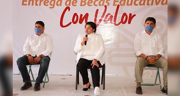 San Andrés Cholula entrega 600 mp como apoyo a padres de familia