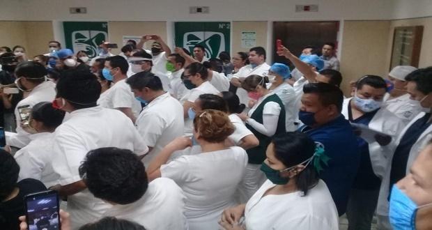 Donan overoles en IMSS de San José, pero no los reparten, acusan