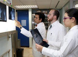 AMLO anuncia 30 mil becas para especialidades médicas fuera del país