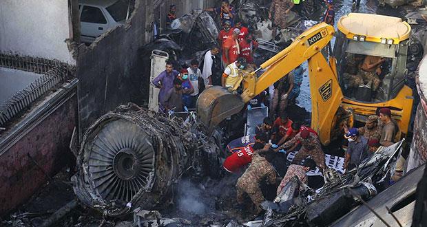 Se estrella avión comercial en Pakistán; habría al menos 54 muertos