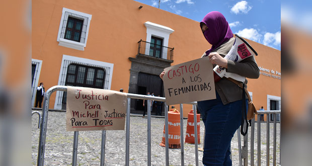 Feministas exigen frente a Casa Aguayo no más violencia contra mujeres