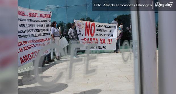 Protestan en CFE de Puebla por altos cobros en recibos y cortes de luz