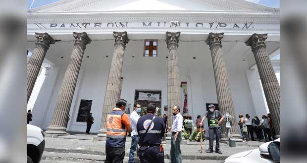 Pese a pandemia, poblanos van al panteón municipal por Día del Padre
