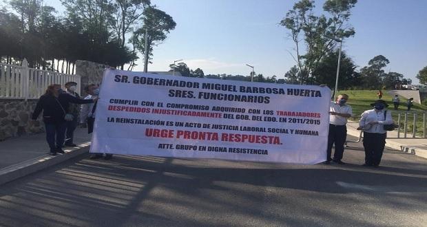 En protesta, exburócratas despedidos en gobierno de RMV piden apoyo a AMLO