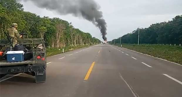 Avioneta aterriza y se incendia en medio de carretera de Quintana Roo