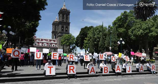 En zócalo de Puebla, empleados de restaurantes exigen apertura de negocios