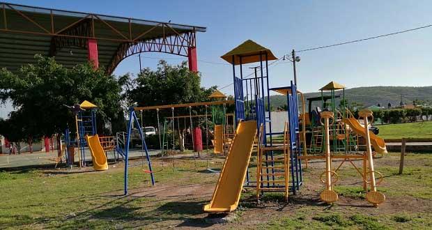 Con apoyo de Antorcha, instalan juegos infantiles en colonia de Izúcar