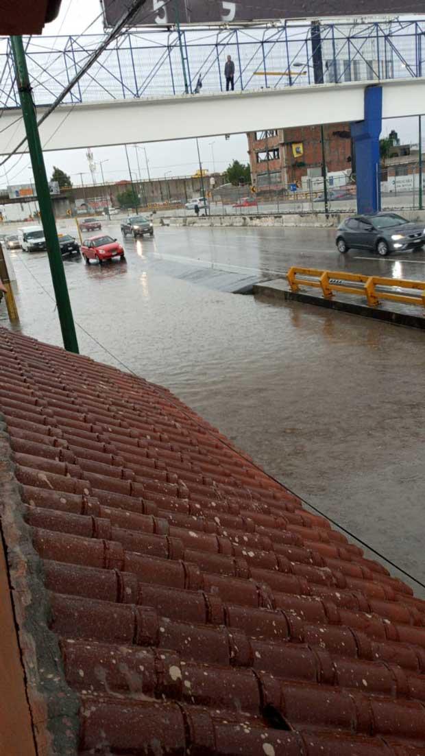 Tras fuerte lluvia, se inundan avenidas y casas en Puebla capital