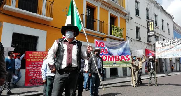 En protesta, campesinos poblanos exigen ley contra cañones antigranizo