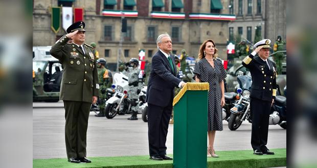 AMLO reconoce a personal médico que atiende Covid en desfile militar