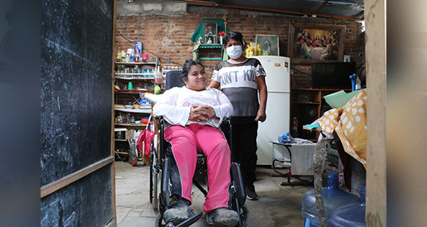 DIF estatal entrega silla de ruedas a joven con parálisis cerebral