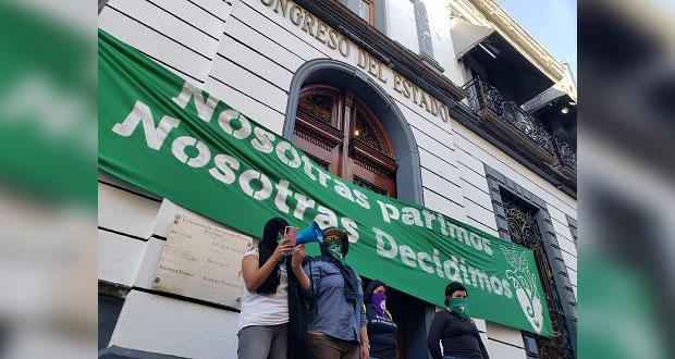 Feministas toman Congreso de Puebla y exigen despenalizar aborto