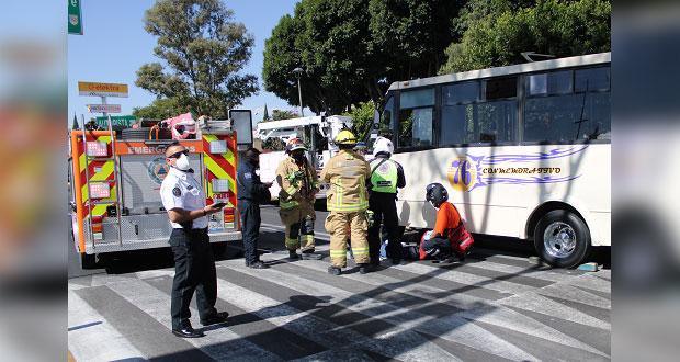 Mujer de la 3ra edad queda bajo microbús tras ser atropellada
