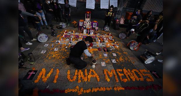 Ni una más colocan ofrenda a víctimas de feminicidio en Puebla