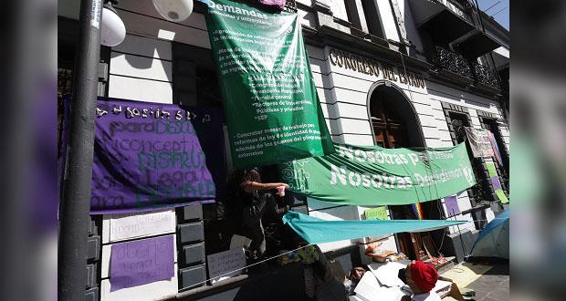 Sin acuerdos, sobre legalización del aborto; feministas mantienen toma del Congreso