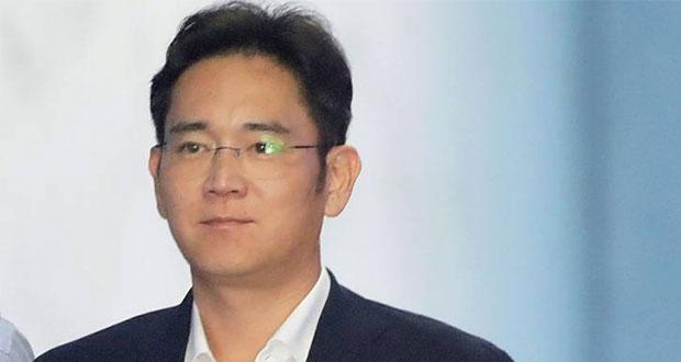 Por sobornos, dan 2 años y medio de prisión a heredero de Samsung