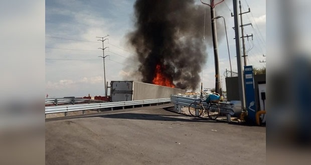Tráiler vuelca y se incendia en la México-Puebla, en Xalmimilulco