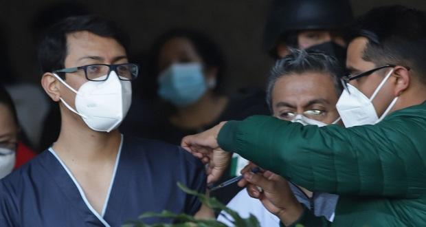 Con aplausos, recibe personal de salud vacuna contra Covid en Puebla