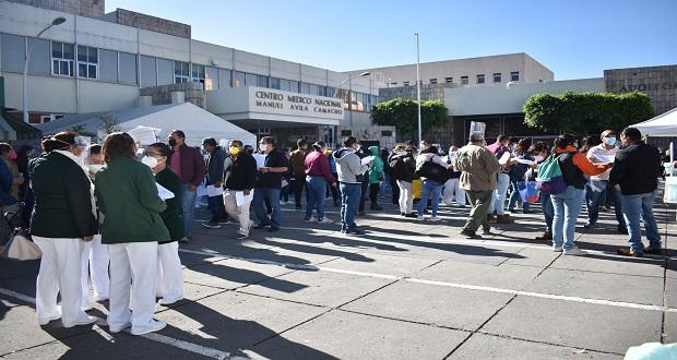 En autobuses, llegan médicos para recibir vacuna contra Covid en Puebla
