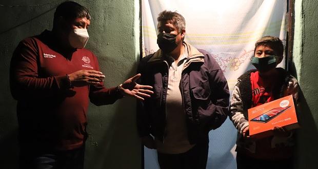 Ayuntamiento de San Andrés Cholula entrega tabletas a estudiantes