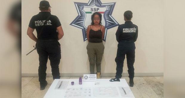 Detienen a mujer en plaza comercial de Atlixco por tráfico de drogas