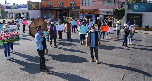 Locatarios exigen en protesta comenzar obras en mercado de Amalucan