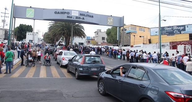 Abuelitos en Puebla hacen largas filas para recibir 2da dosis Covid