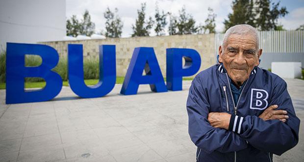 Felipe Espinosa, de 84 años, se gradúa de BUAP como ingeniero