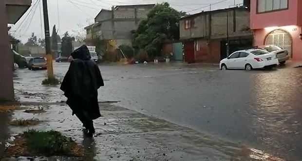 Fuertes lluvias en Puebla dejan calles inundadas y vehículos varados
