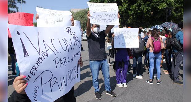 Incumplen en vacunar contra Covid a médicos privados, acusan en protesta