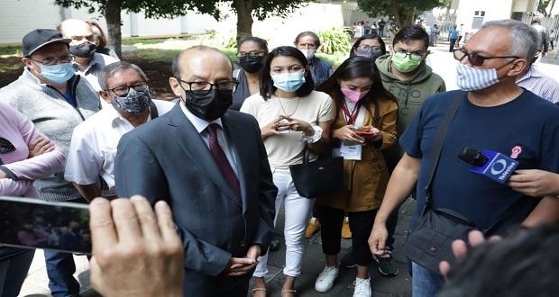 Increpan electores a consejero del INE en Puebla por no poder votar