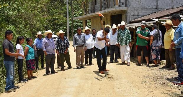 Pavimentan tramos de carretera en Huitzilan de Serdán