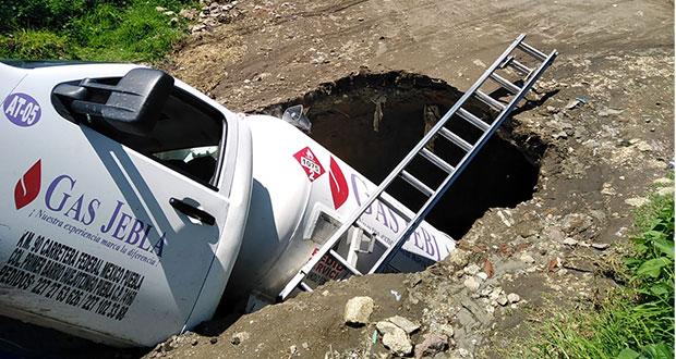 Pipa de gas cae en hoyo causado por fuga de agua en Huejotzingo