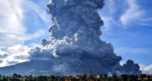 Volcán Sinabung, en Indonesia, entra en erupción