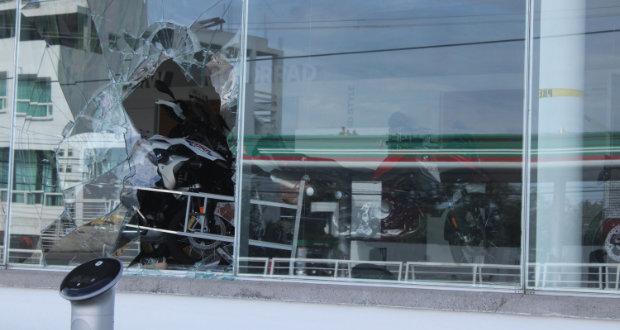 Dan cristalazo a tienda BMW en Esteban de Antuñano; se roban cascos