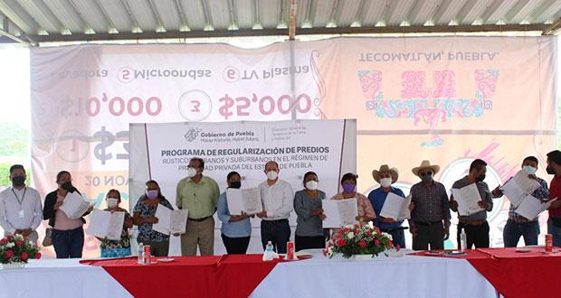 Tecomatlán entrega 9 títulos de propiedad