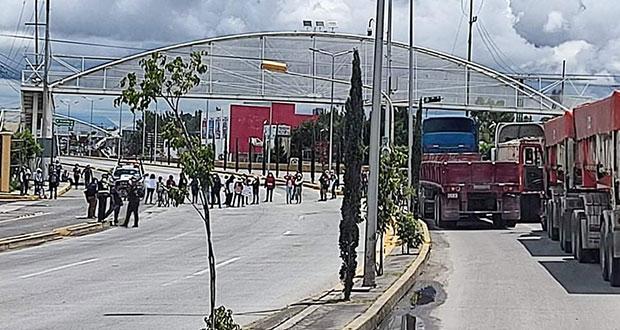 Toman carretera a Atlixco: obra genera inundación en Tlaxcalancingo