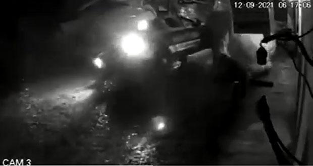 En Cuetzalan, patrulla se impacta contra camioneta y se da a la fuga