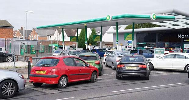Escasez de combustible en Reino Unido; filas y golpes en gasolineras