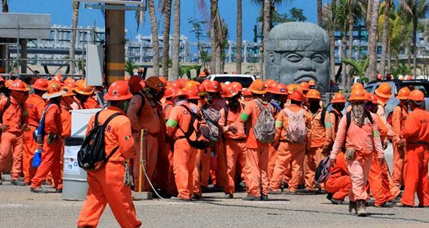 Protestan trabajadores en Dos Bocas; es asunto de sindicatos: AMLO