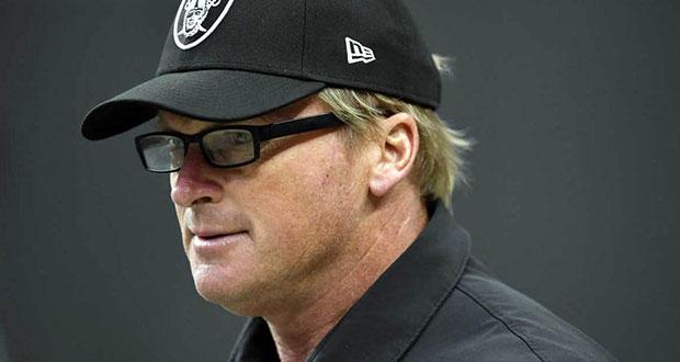 Raiders despide a head coach por insultos misóginos y racistas