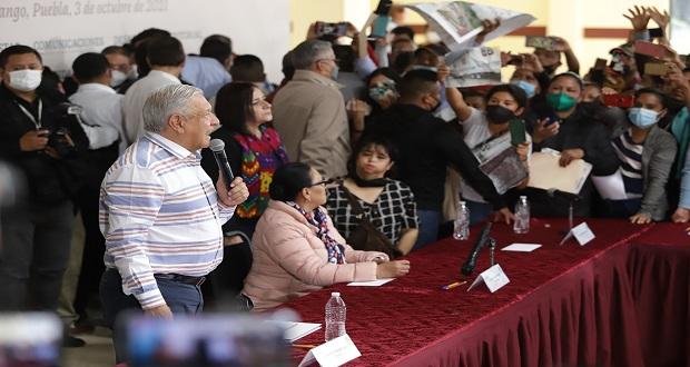 Pobladores entran a conferencia de AMLO en Huauchinango; les ofrece diálogo